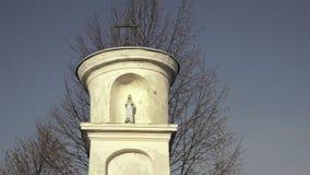 Statua maryja dziewica z Jezus Mały chrześcijanina krzyż, niebieskie niebo i drzewo w tle, zbiory