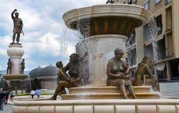 Statua matka, syn & statua Aleksander Wielki w tle, w centrum Skopje, Macedonia (śródmieście) zdjęcie royalty free