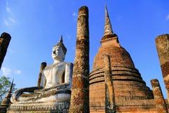 Statua meditante antica di Buddha di vista scenica e grandi rovine buddisti di Stupa a Wat Sa Si nel parco storico di Sukhothai,  Fotografie Stock