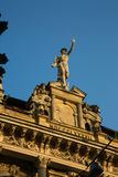 Statua Mercury - ważna Romańska bóg pozycja na budynek fasadzie fotografia royalty free
