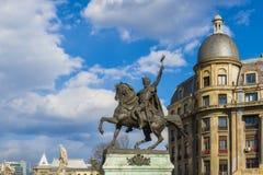 Statua Michael Odważny pobliski uniwersyteta kwadrat w Bucharest fotografia royalty free