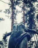 Statua na deszczowym dniu po środku zalesionego parka zdjęcie stock