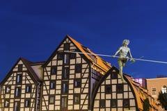 Statua na linowych i starych świronach w Bydgoskim, Polska zdjęcia stock