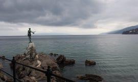 Statua na skale Zdjęcia Royalty Free