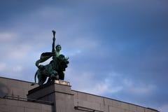 Statua na wierzchołku Czeski National Bank Obrazy Royalty Free