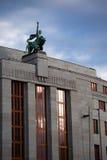 Statua na wierzchołku Czeski National Bank Zdjęcia Stock