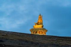 Statua na wzgórzu w Yarchen Gar Obrazy Stock