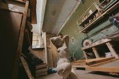 Statua naga dziewczyna Fabryka dla produkcja tynku foremek cluttered zakurzony stary magazyn przy nocą Zdjęcie Royalty Free