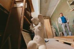 Statua naga dziewczyna Fabryka dla produkcja tynku foremek cluttered zakurzony stary magazyn przy nocą Zdjęcia Royalty Free