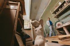 Statua naga dziewczyna Fabryka dla produkcja tynku foremek cluttered zakurzony stary magazyn przy nocą Obraz Stock