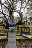 Statua nei giardini di Copou, Iasi, Romania del busto di Mihai Eminescus in autunno Fotografie Stock