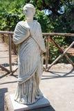 Statua nel cortile di una villa nel sito archeologico di Pompei Immagini Stock Libere da Diritti