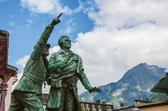 Statua in onore di Balmat e di Paccard con paesaggio alpino a Chamonix-Mont-Blanc Immagini Stock Libere da Diritti