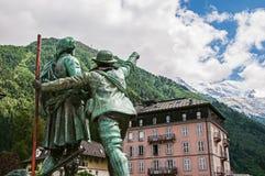 Statua in onore di Balmat e di Paccard con paesaggio alpino a Chamonix-Mont-Blanc Fotografia Stock