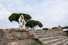 Statua in Ostia fra le rovine Fotografia Stock