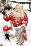 Statua outdoors zakrywająca z śniegiem Święty Mikołaj Obraz Royalty Free