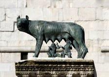Statua perfetta del LUPO di CAPITOLINE con i gemelli Romulus e rem fotografie stock