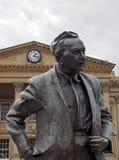 Statua poprzedni premier za?o?yciel otwarty uniwersytet &, Harold Wilson Praca polityk, outside Huddersfield kolej zdjęcia stock
