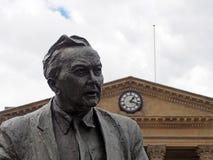 Statua poprzedni premier za?o?yciel otwarty uniwersytet &, Harold Wilson Praca polityk, outside Huddersfield kolej zdjęcie stock