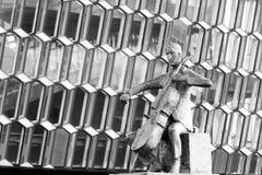 Statua przed Harpa filharmonią w Reykjavik na Iceland Fotografia Royalty Free