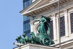 Statua przy Alte Oper budynkiem w Frankfurt Zdjęcia Stock