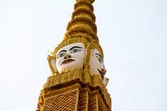 Statua religiosa dorata con il fronte immagini stock libere da diritti