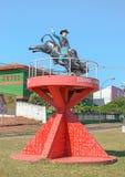 Statua rodeo kowboj wspinał się na byku na czerwonej strukturze Obraz Stock