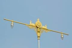 Statua rodzima tajlandzka sztuka z latarniami ulicznymi na niebieskiego nieba backgrou Zdjęcie Stock