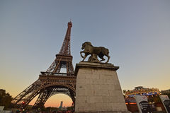 Statua Roman Warrior Horse con la torre Eiffel & carosello commovente durante il tramonto Immagine Stock