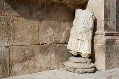 Statua romana e fondo antico della parete Fotografia Stock