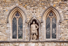 Statua romana fra Windows Fotografia Stock Libera da Diritti