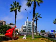 Statua rossa del cupido situata nel distretto di Miraflores di Lima Immagini Stock Libere da Diritti