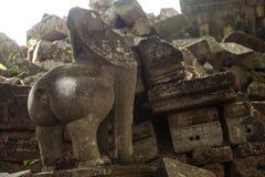 Statua rotta del leone in tempio angkorian Fotografie Stock Libere da Diritti