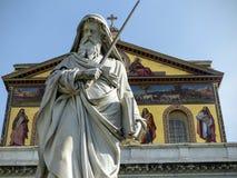 Statua Saint Paul przed bazylik? Saint Paul na zewn?trz ?cian w Rzym, W?ochy obrazy stock