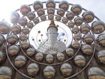 Statua sbalorditiva di Buddha del gigante con la decorazione a forma di palla nel tempio di buddismo Fotografia Stock