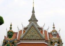 statua & scultura giganti sul tempio asiatico encr buddista della costruzione fotografia stock libera da diritti