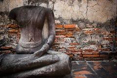Statua senza testa del buddha fotografie stock