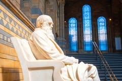 Statua Sir Charles Darwin przy historii naturalnej muzeum w Londyn zdjęcie royalty free