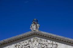Statua sopra la costruzione Fotografie Stock