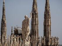 Statua sopra Milan Cathedral immagini stock libere da diritti