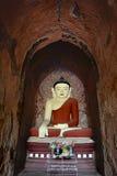 Statua sorridente molto bella di Buddha con l'altare dentro il vecchio paya i Immagini Stock Libere da Diritti