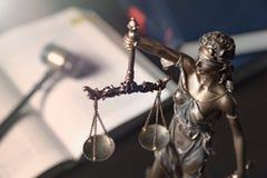 Statua sprawiedliwość na książki tle fotografia stock