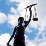 Statua sprawiedliwość przeciw niebieskiemu niebu i chmurom zdjęcie royalty free