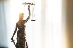 Statua sprawiedliwość z skalami w prawnika biurze zdjęcia royalty free