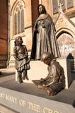 Statua St Mary krzyż przy szkół wyższa Ulicznymi drzwiami na zewnątrz St ` s katedry Maryjnego kościół, fotografia stock