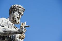 Statua St Peter wewnątrz wręcza klucz niebo zdjęcia royalty free