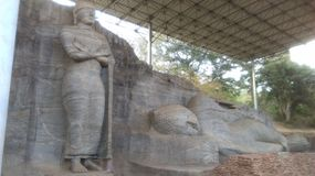 Statua stante di Buddha e la statua adagiantesi di Buddha in Gal Vihara in Polonnaruwa Sri Lanka fotografia stock