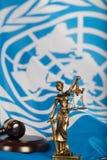 Statua starożytnego grka Titaness - Themis na flaga Zlany Na obraz stock
