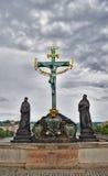 Statua su Charles Bridge a Praga Fotografia Stock Libera da Diritti