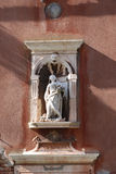 Statua su una facciata della casa a Venezia Fotografie Stock